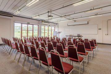 Auditório climatizado com capacidade para até 100 pessoas